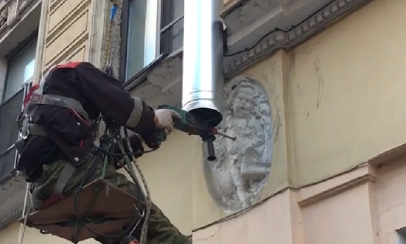 Рабочий просверлил ангелу живот, устанавливая трубу в Петербурге