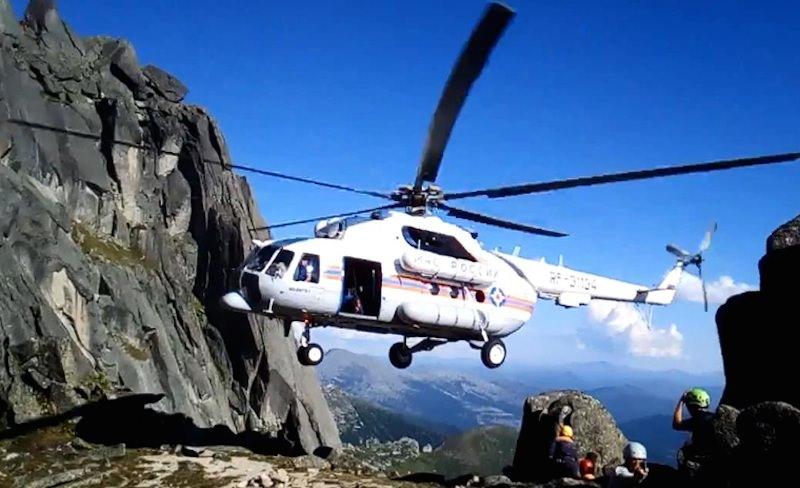 Пилоты виртуозно посадили вертолет между скал в Сибири, спасая туриста