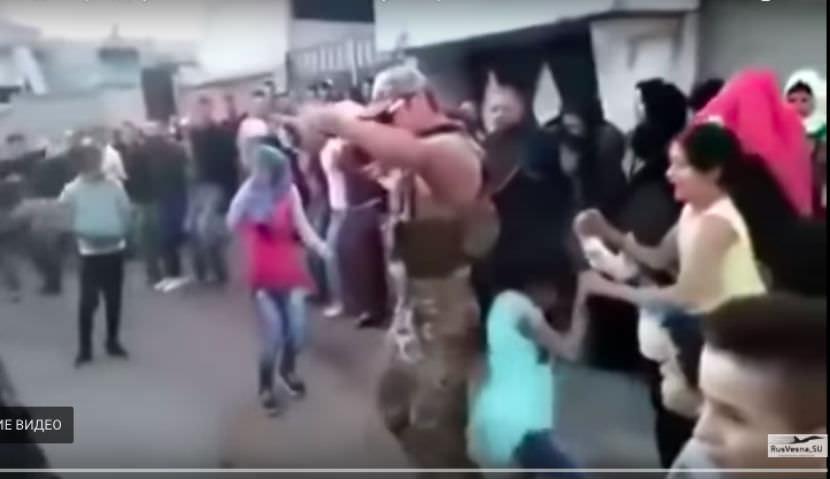 Танец победы: российский солдат с сирийцами празднует освобождение