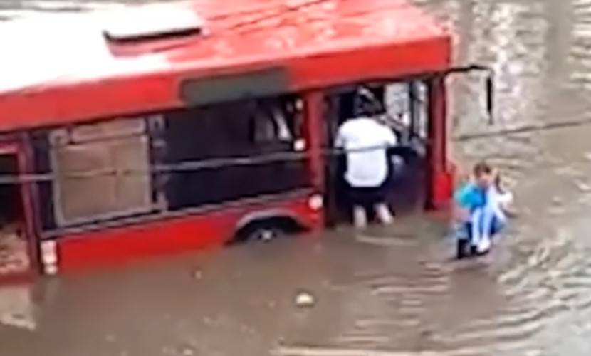 Пассажиров затопило по пояс в салоне автобуса в Казани