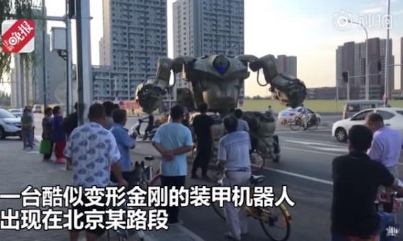 Житель Китая ездит по улицам на боевом роботе-трансформере