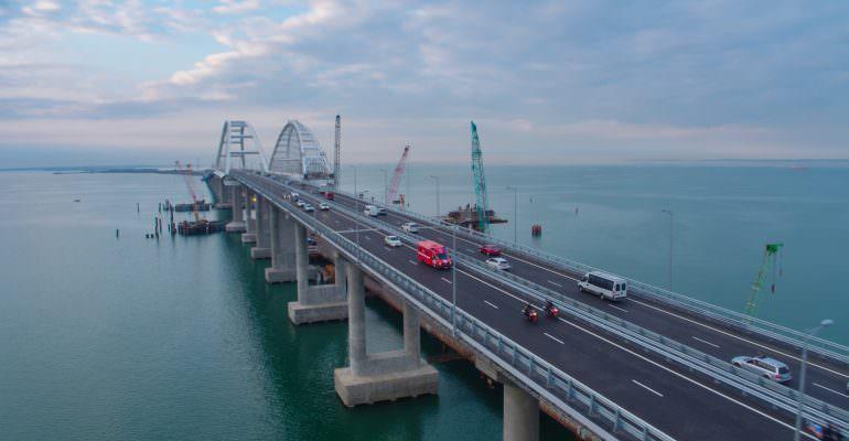 Плавкран врезался в Крымский мост