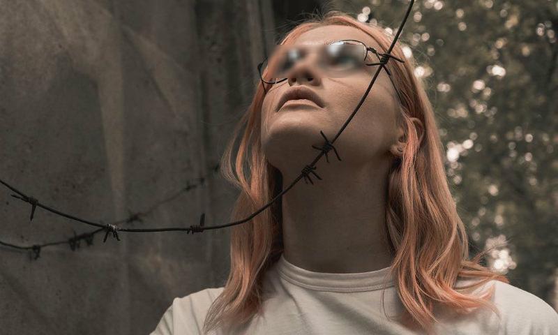 Пермскую школьницу отстранили от занятий за розовые волосы