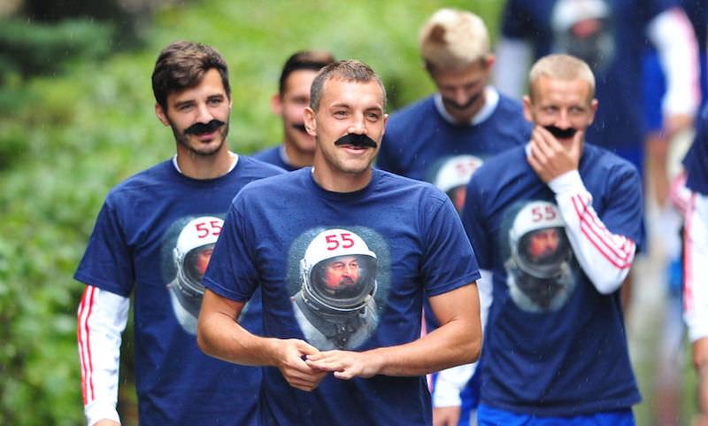 Сборная РФ по футболу экстравагантным способом поздравила Черчесова с 55-летием