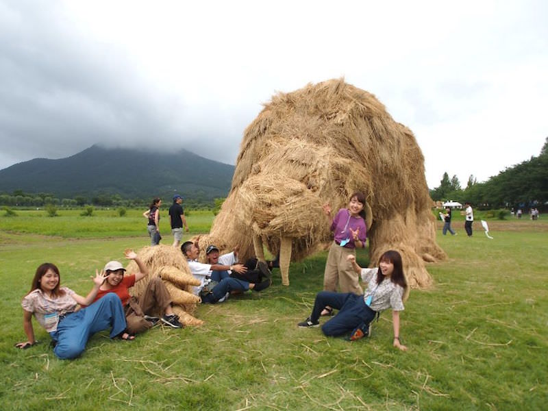 Wara-Art-Festival-is-back-bringing-gigantic-rice-straw-sculptures-in-Japan-5b91ba01bbc8f__880
