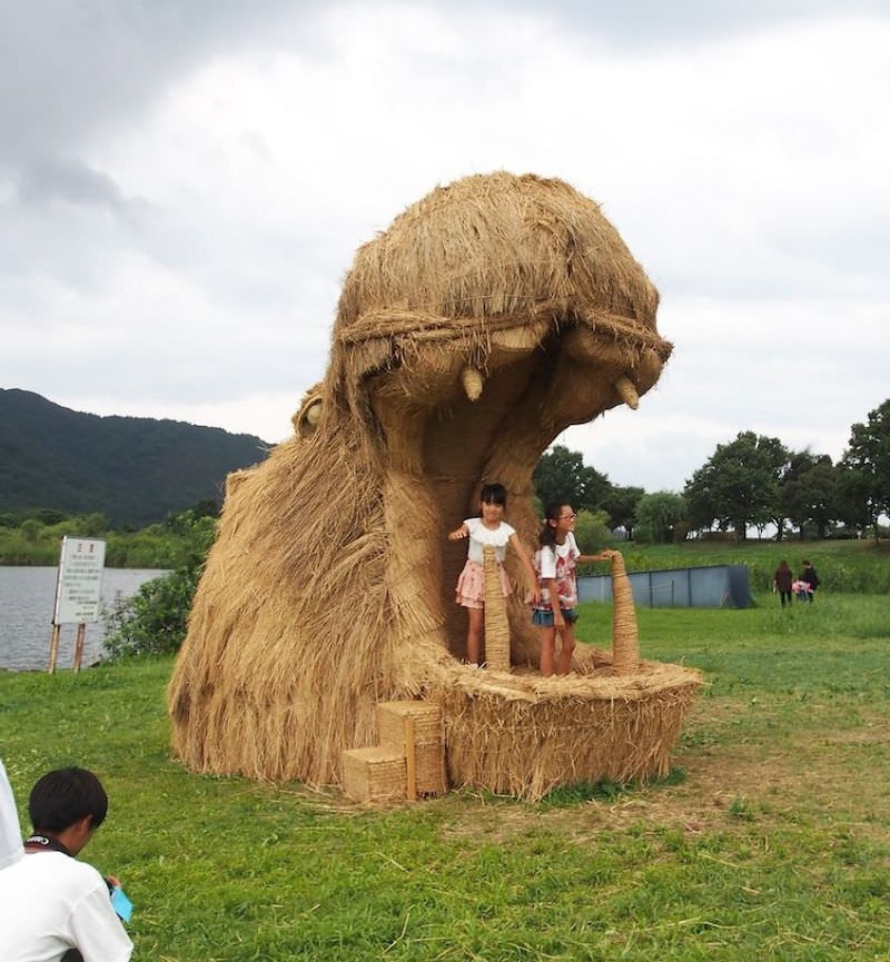 Wara-Art-Festival-is-back-bringing-gigantic-rice-straw-sculptures-in-Japan-5b91bc05cb846__880