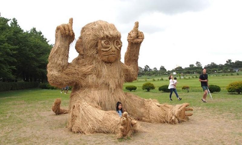 Поля в Японии наводнили гигантские звери из соломы