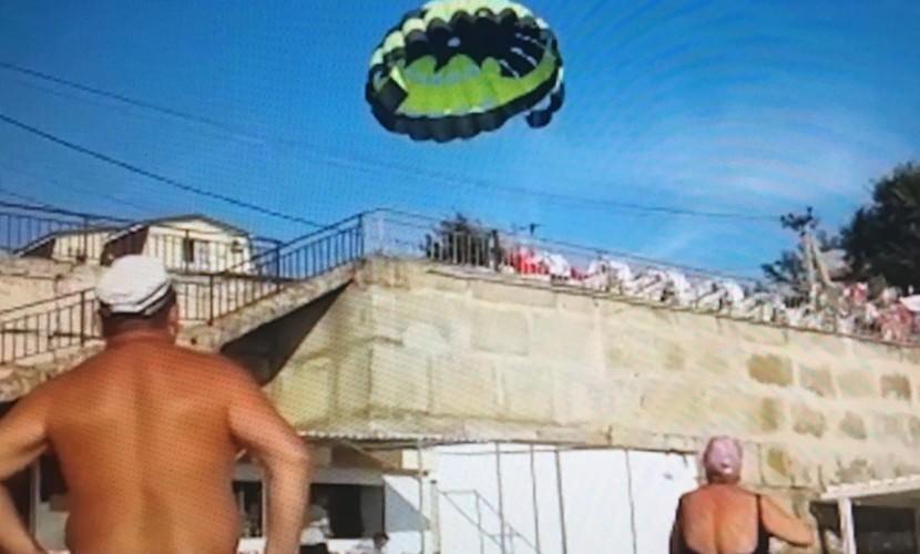 Двое отдыхающих врезались на парашюте в ЛЭП