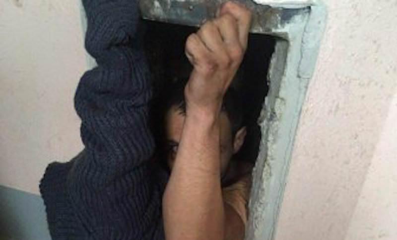Житель Минска обронил ключи и намертво застрял в мусоропроводе