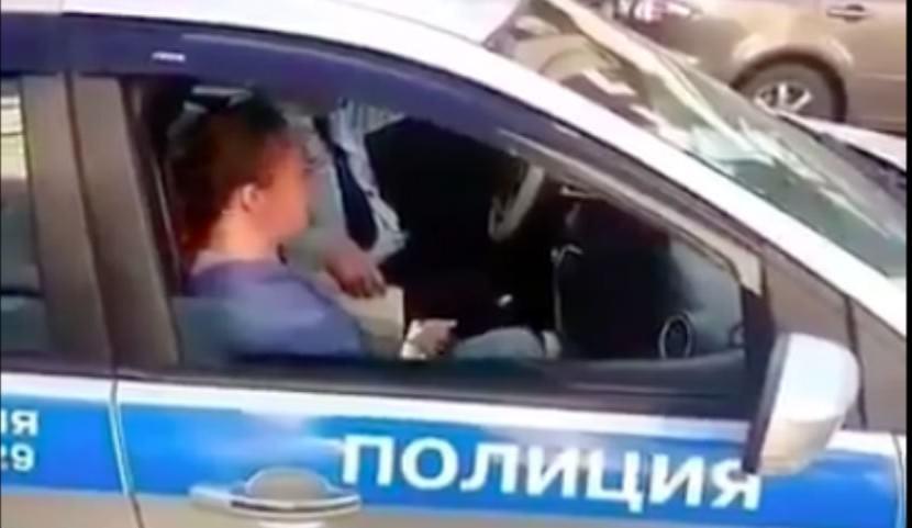 Девушка устроила сотрудникам ГИБДД истерику из-за эвакуированной машины