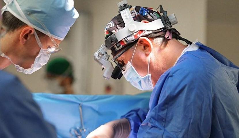 Российские хирурги удалили женщине опухоль мозга через бровь