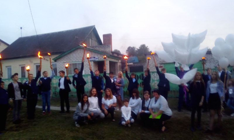 Брянские школьники устроили факельное шествие