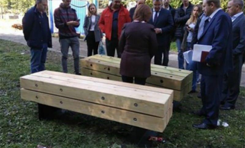 Лавочки в форме гробов установили в Екатеринбурге: жители не довольны