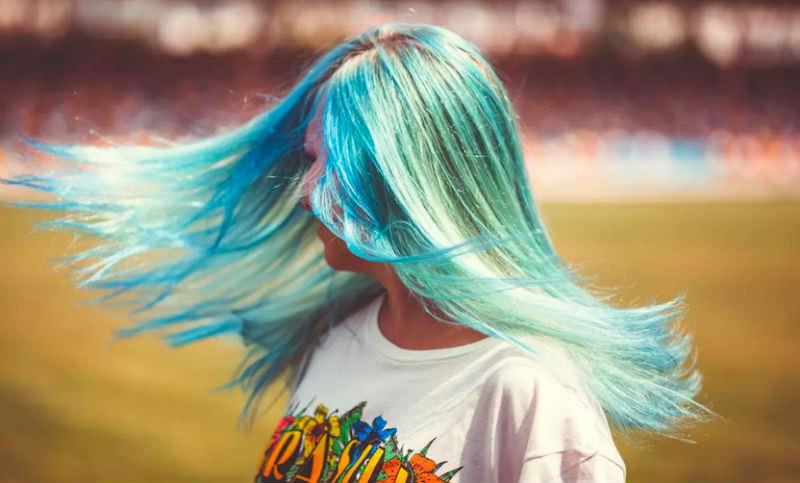 Девочку не пустили в школу из-за голубых волос