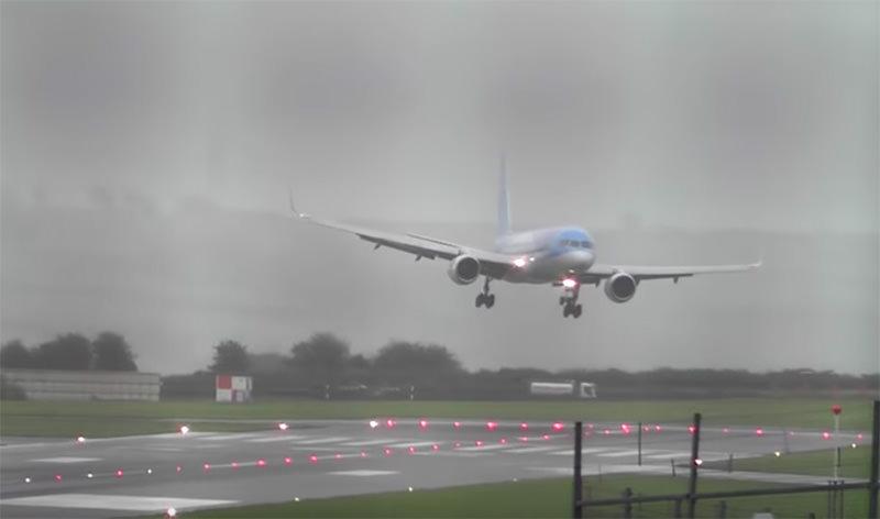 Женщина-пилот в шторм посадила Boeing боком