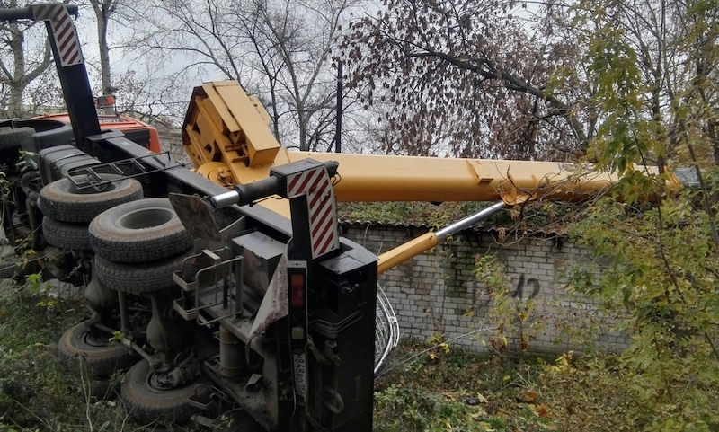 Автокран упал на детский сад в Нижнем Новгороде