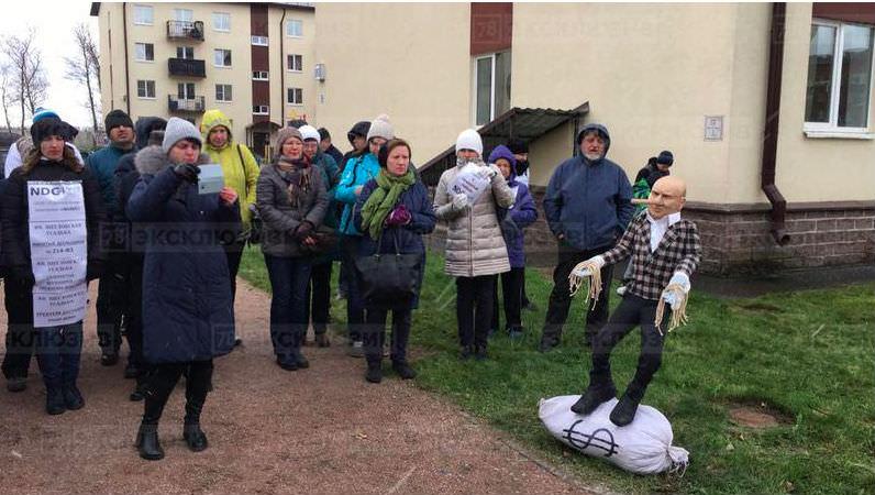 Буратино, лапша и мешок долларов: в Ленобласти установили памятник застройщику-брехуну