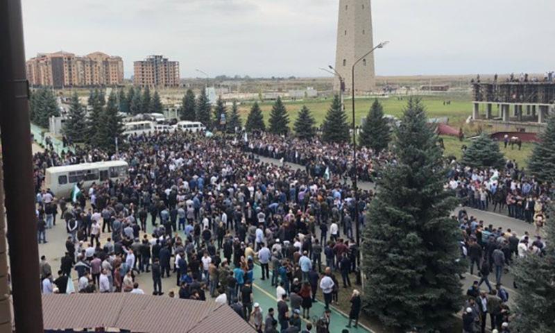 Силовики начали стрелять  в воздух на митинге против  передачи земель Чечне