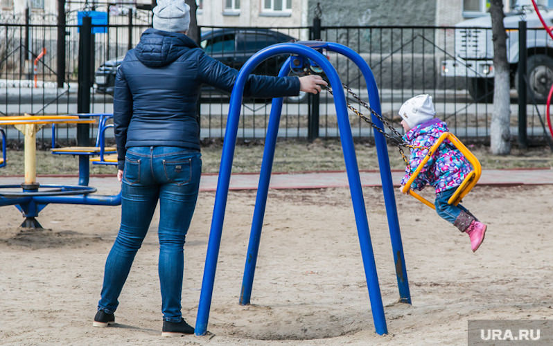 Русскую женщину с ребенком выгнали с детской площадки в Казахстане