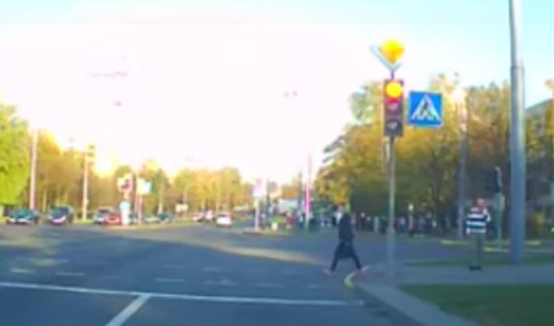 Девушка проигнорировала кортеж президента Белоруссии