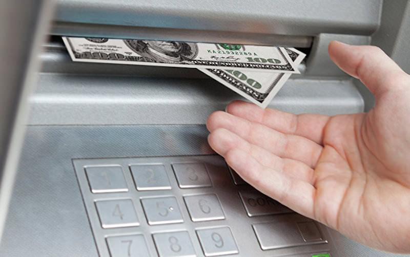 Жителю Североморска, которому банкомат выдал доллары, грозит