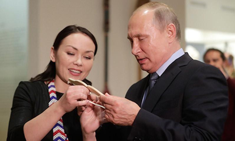 Путину подарили очень полезную вещицу для встречи в Трампом