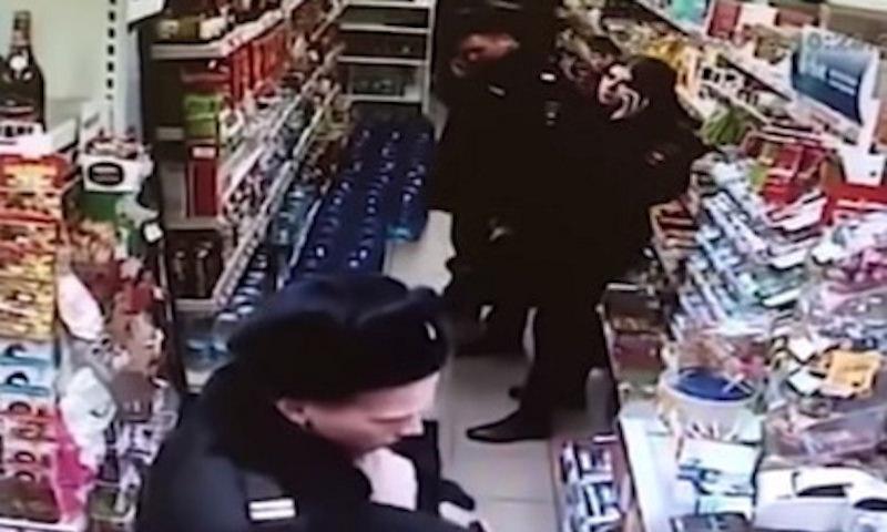 Сотрудница полиции тайком присвоила деньги, которые ребенок уронил в магазине