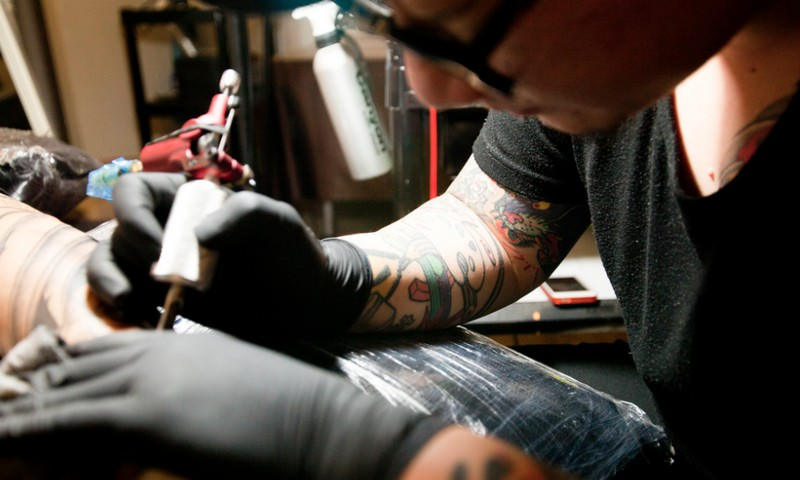 В ГД поддержали идею медицинского лицензирования для тату-салонов