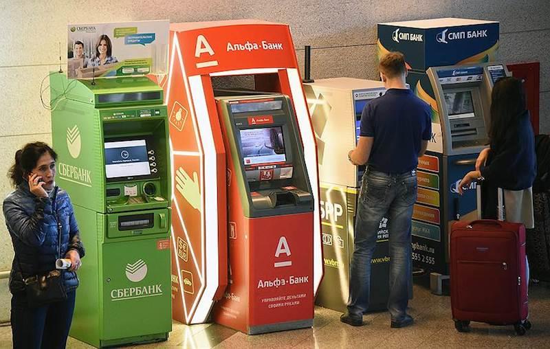 Россияне в панике забирают свои деньги из банков