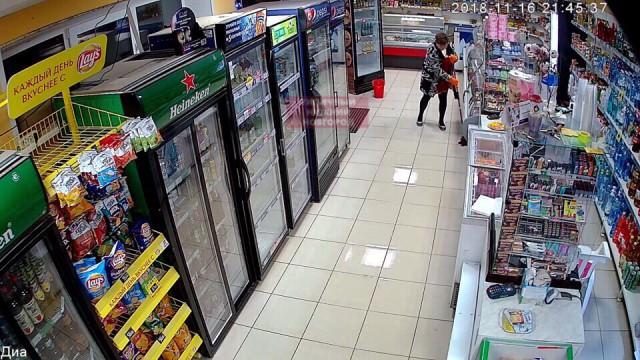 Авторитетная уборщица заставила всех разуваться при входе в магазин