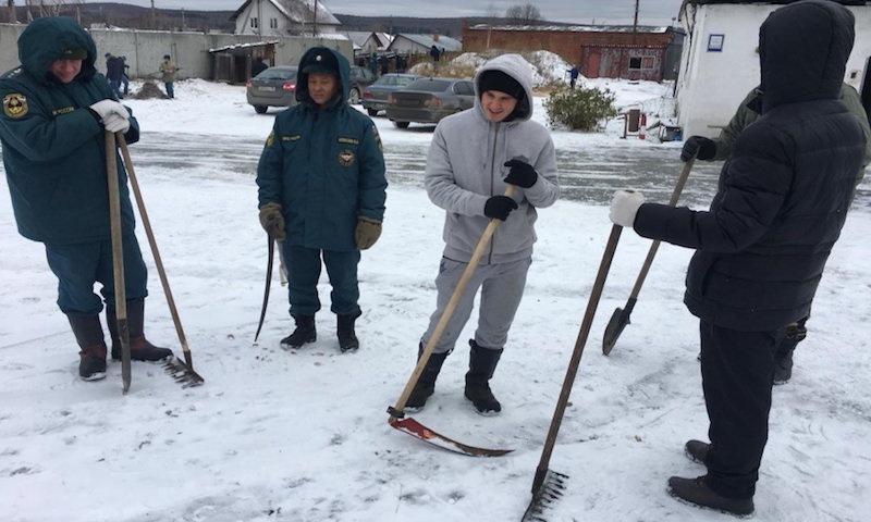 Сотрудников МЧС на Урале заставили косить снег перед приездом начальства