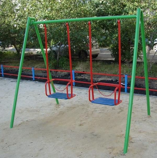 Супруги спилили болгаркой качели в Брянске из-за невыносимого шума детей
