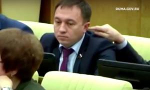Депутат попытался засунуть коллеге палец в ухо во время обсуждения бюджета