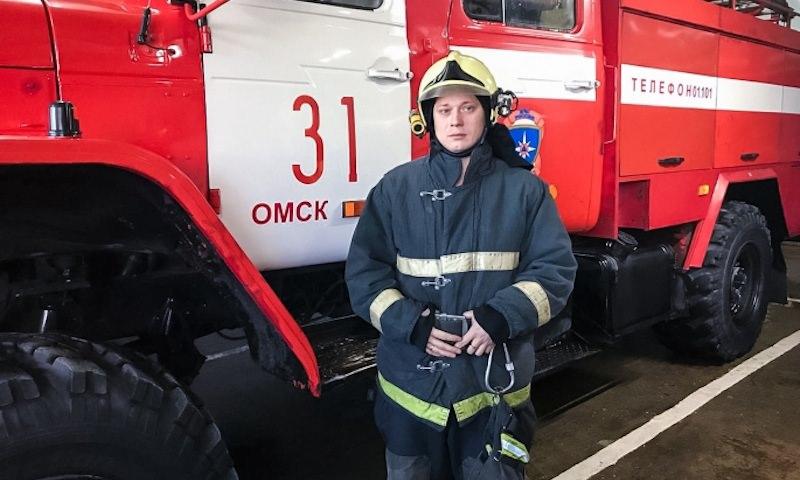 Омский пожарный вскарабкался с 8 на 9 этаж, чтобы спасти ребенка