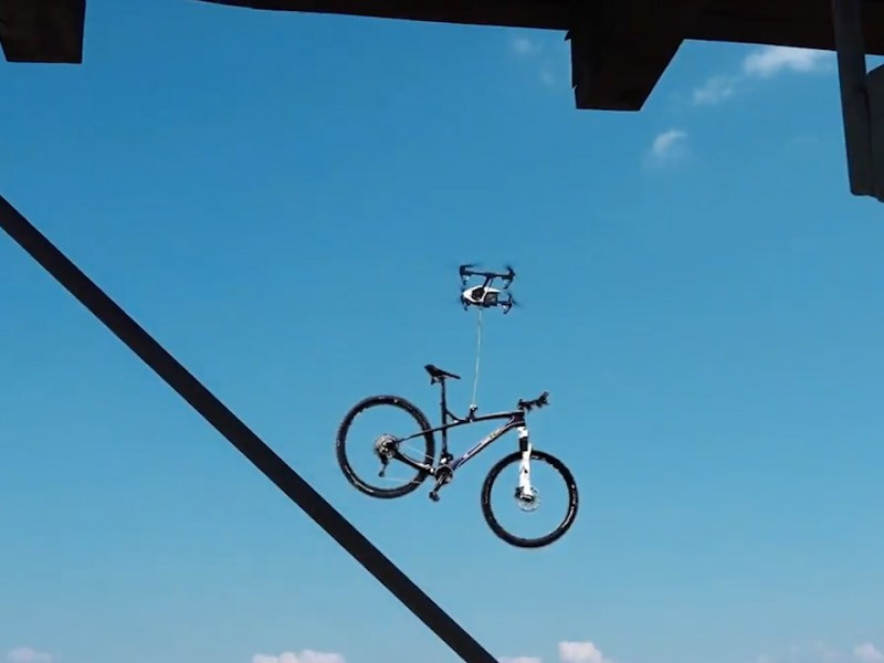 Беспилотник утащил велосипед у спортсмена в Чехии