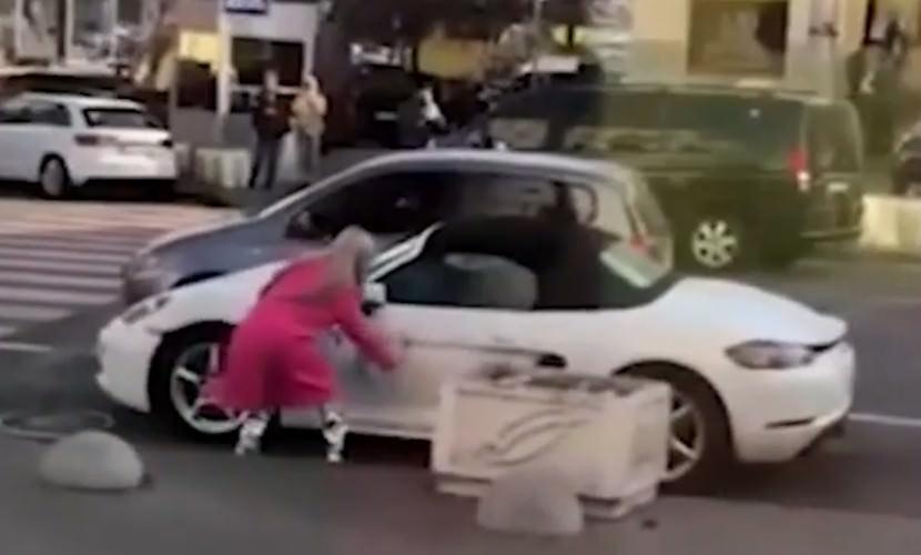 В центре Киева девушка напала на Porsche