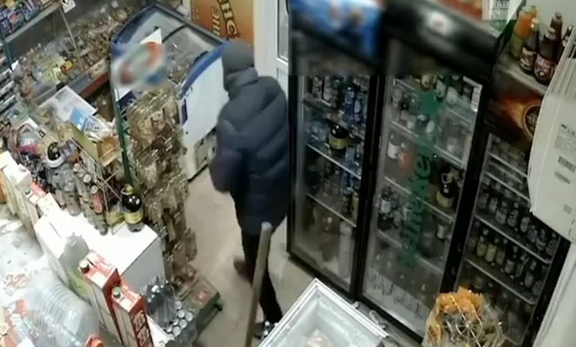 Продавец магазина прогнала грабителя шваброй