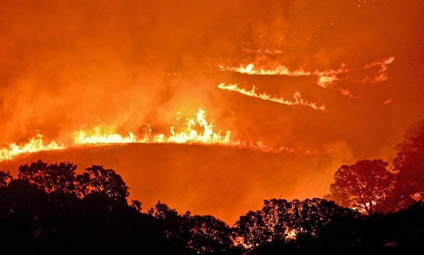 Русскоговорящая женщина с ребенком проезжает мимо пожара в Калифорнии