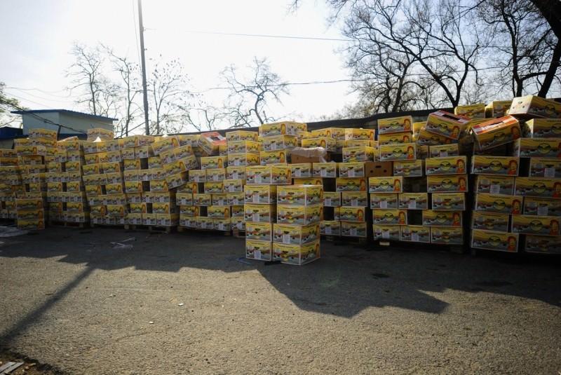Налетай, бесплатно: бизнесмен раздает горожанам бананы ящиками