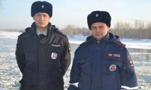 Под Красноярском гаишники потушили пожар снегом