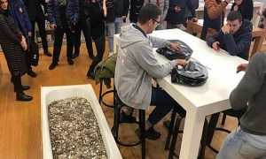 Житель Москвы расплатился за новый iPhone принесенной в ванне мелочью