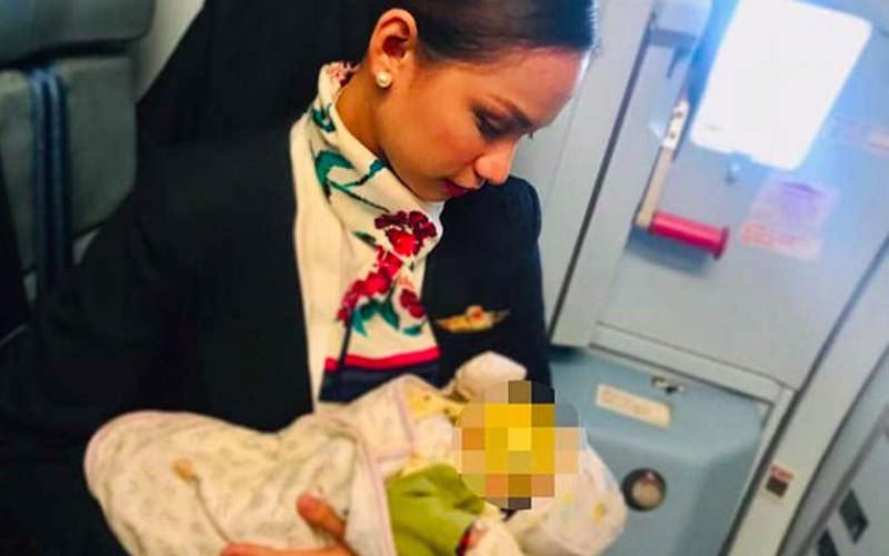 Стюардесса покормила грудью чужого голодного малыша