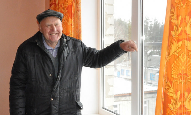 Пенсионер за свой счёт купил 2 пластиковых окна для райбольницы