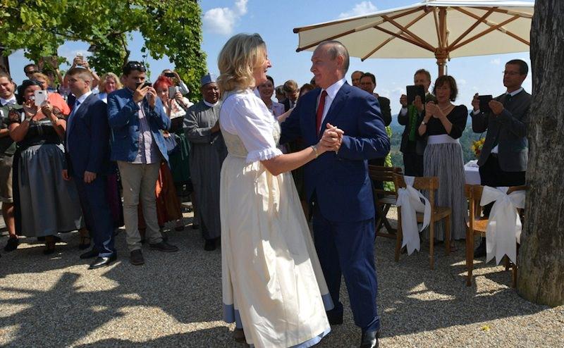 Глава МИД Австрии, танцевавшая с Путиным на свадьбе, отказалась ехать в Россию