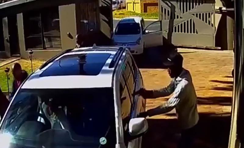 Смелая женщина спасла себя и дочь от толпы вооруженных грабителей