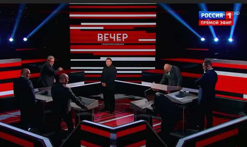На шоу у Соловьева ведущий кинул стакан в орущего эксперта