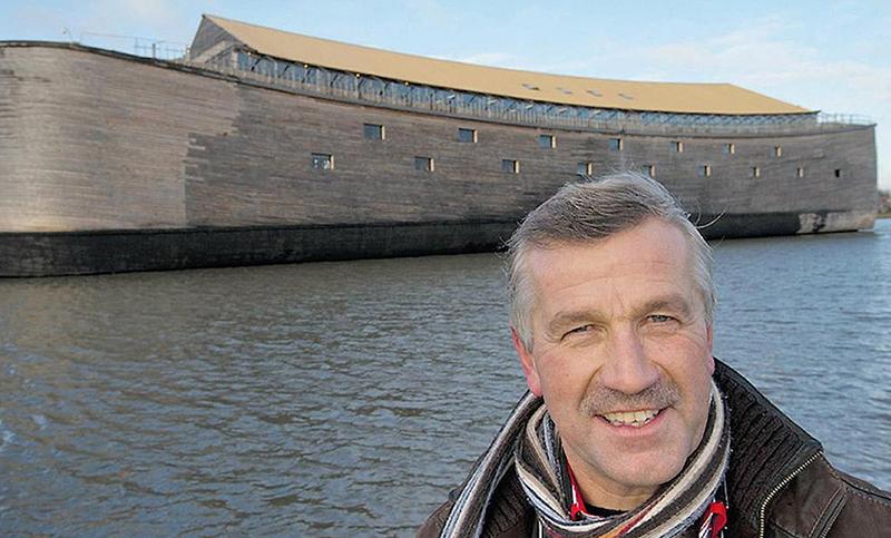 Голландец на своей копии Ноева ковчега идёт в Израиль