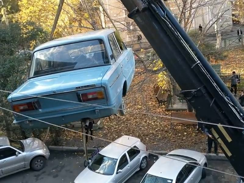 В Тбилиси с балкона жилого дома сняли «Жигули»