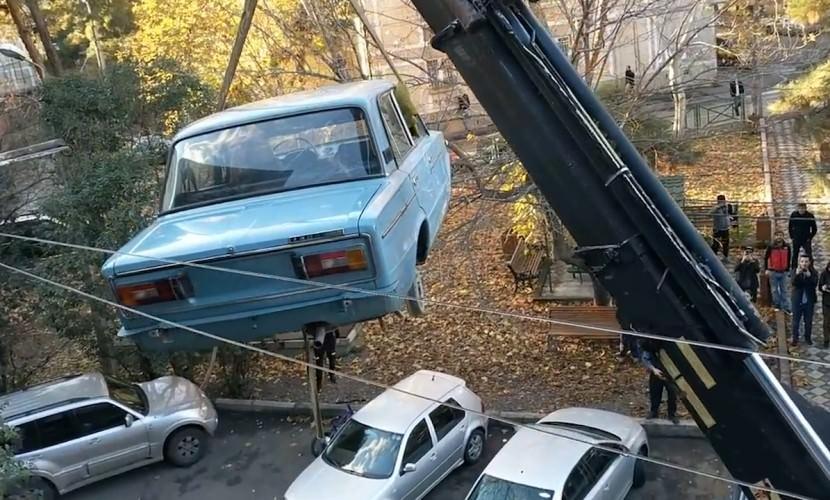 В Тбилиси с балкона жилого дома сняли «Жигули» - Блокнот