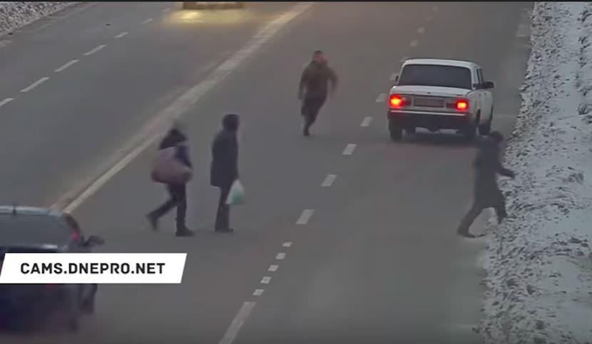Раз и готово: водитель додоходчиво объяснил пешеходам, где переходить дорогу